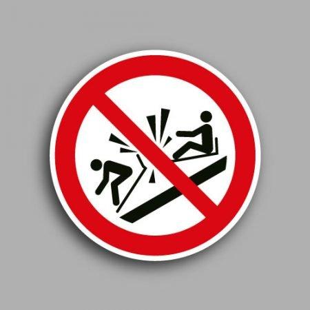Etichetta con simbolo ISO 7010 P047 vietato usare il toboga