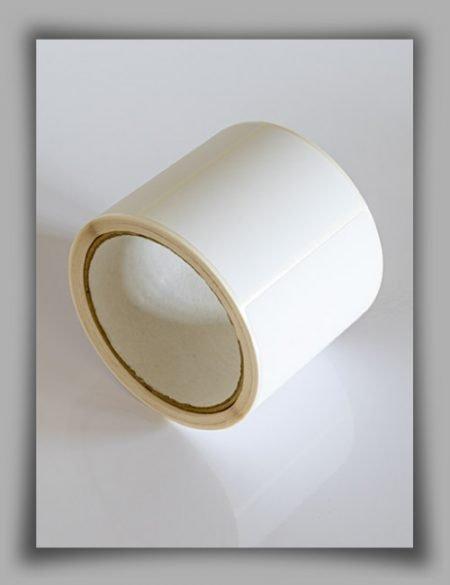 etichette neutre in poliestere bianco lucido su rotolo