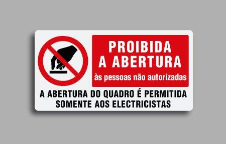 Etichette di divieto per impianti elettrici in portoghese. Proibida a abertura às pessoas não autorizadas