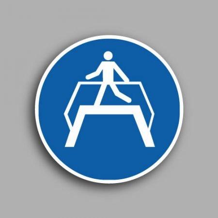 Etichetta con simbolo ISO 7010 M023 | Obbligatorio utilizzare il ponte pedonale